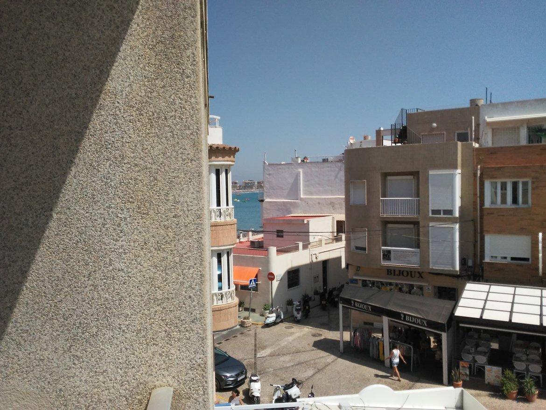 SE ALQUILA apartamento a 10 metros de la playa
