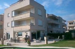 SE VENDE Enorme Casa de 3 plantas en 1era Línea de playa de 600m2 y piscina privada