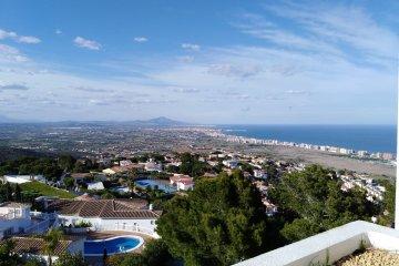 SE ALQUILA Apartamento con  piscina y vistas